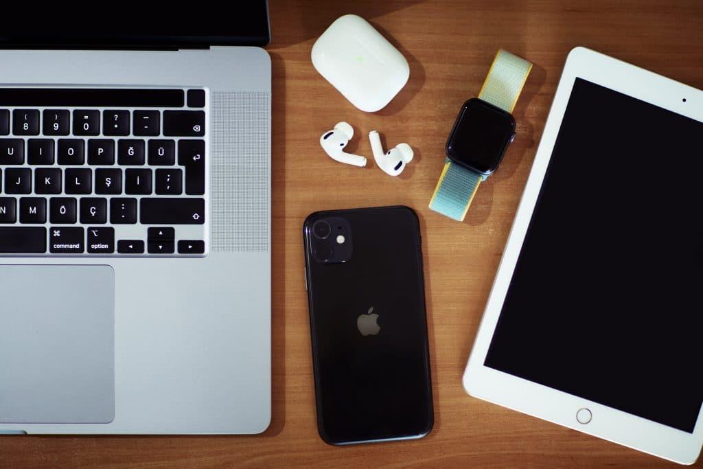 Diagramas do Macbook foram vazados por grupo hacker e acabaram ajudando experts em consertos. Na imagem: um Macbook acompanhado de um iPhone, um iPad, um Apple Watch e um par de fones AirPods