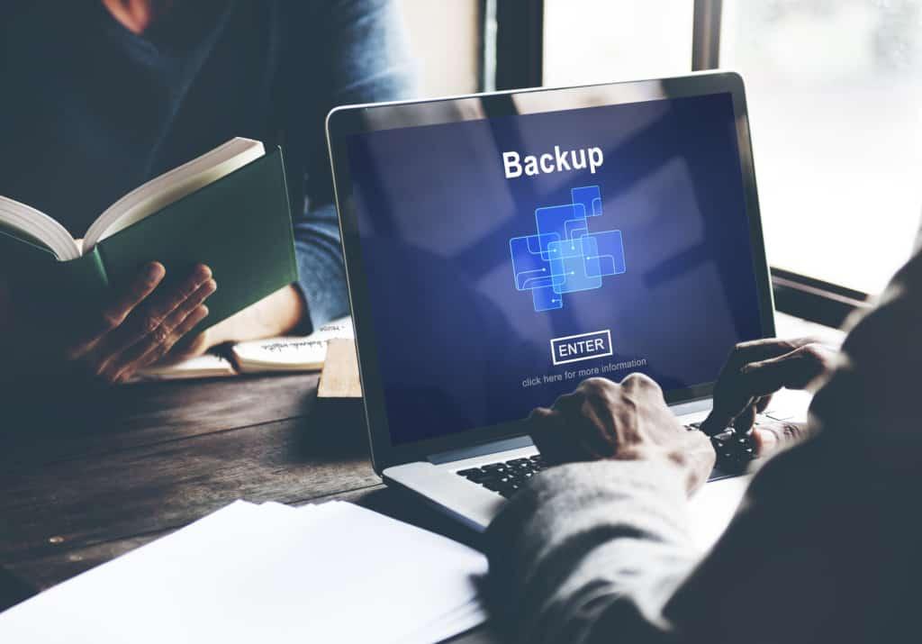 Ilustração do conceito de backup de dados em um notebook