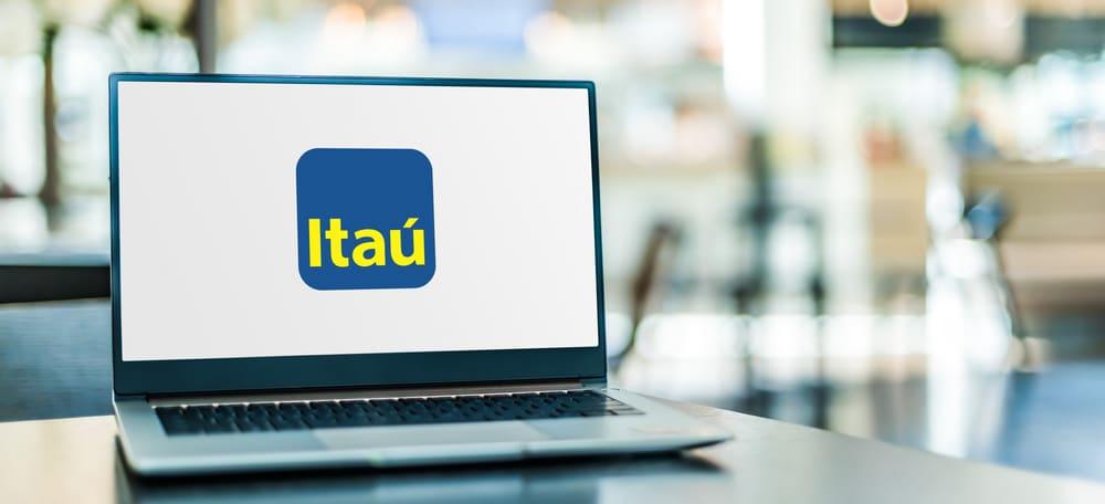 Logotipo do banco Itaú em um notebook colocado sobre uma mesa.