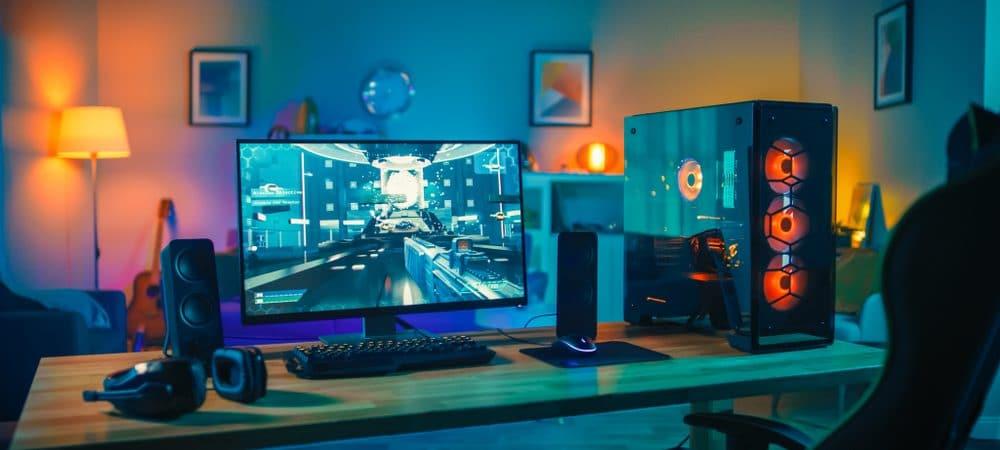Na mesa, um computador desktop gamer