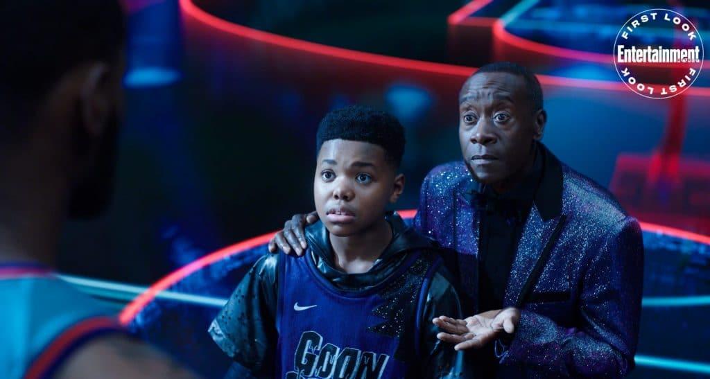 """Em """"Space Jam: A New Legacy"""", LeBron James (de costas) deve resgatar seu filho Dom (centro) da IA """"Al G Rhythm"""" (dir.) em um ambiente virtual baseado no universo da Warner Bros. Imagem: Warner Pictures/Divulgação"""