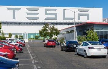 Acidente: veículo da Tesla é esmagado por bloco de concreto e passageiros saem com ferimentos leves