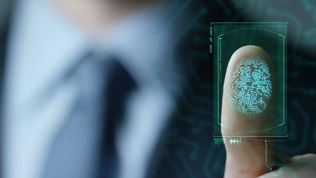 Impressão digital de um homem de terno sendo digitalizada