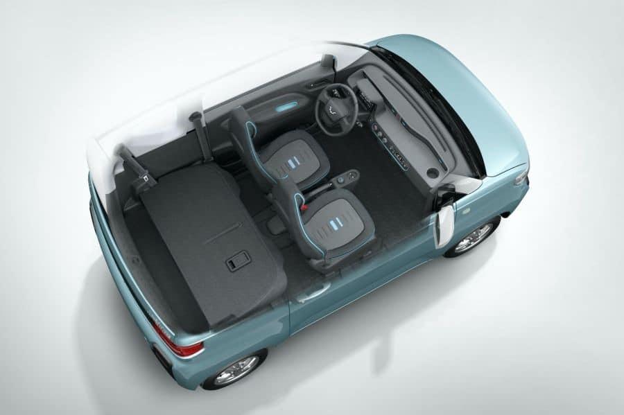 O Mini EV pode levar até quatro pessoas e o banco traseiro desce, aumentando a mala.