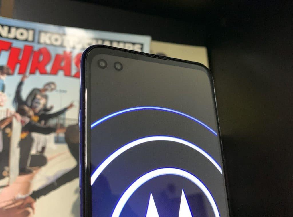 Na frontal, novo Motorola Moto G100 traz duas câmeras.