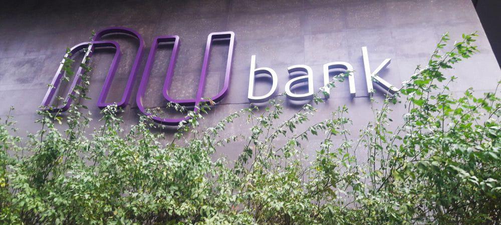 Fachada do prédio do banco digital Nubank, com o logo da marca