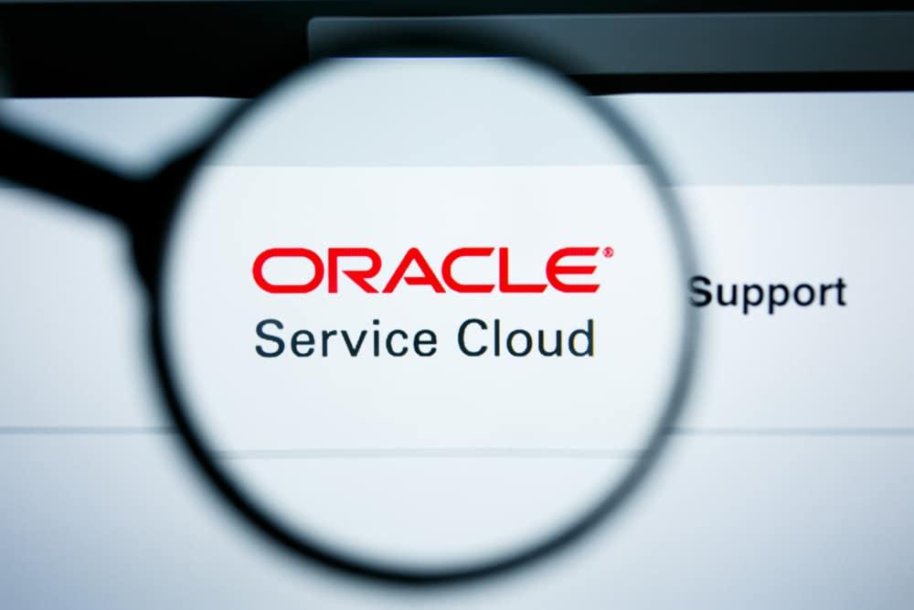 Imagem mostra uma lupa, que aumenta o texto: Oracle Service Cloud