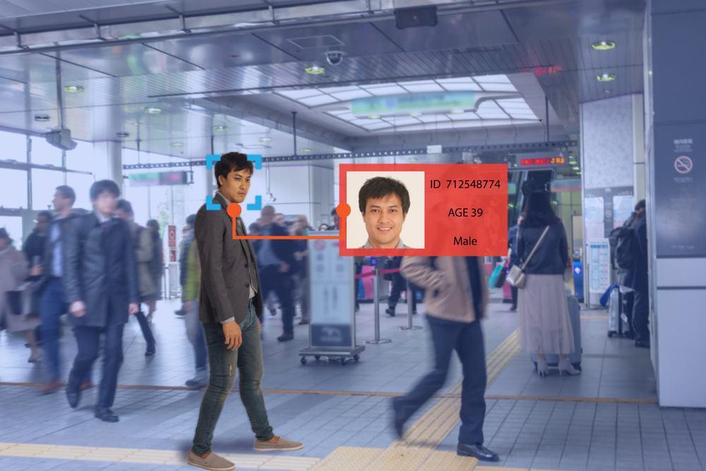 Imagem mostra homem em meio à multidão sendo identificado por uma tecnologia de reconhecimento facial