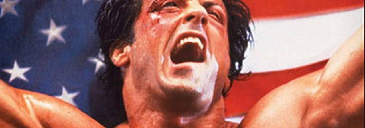 O personagem Rocky Balboa, de Sylvester Stallone, aparece celebrando uma vitória com a bandeira dos Estados Unidos ao fundo