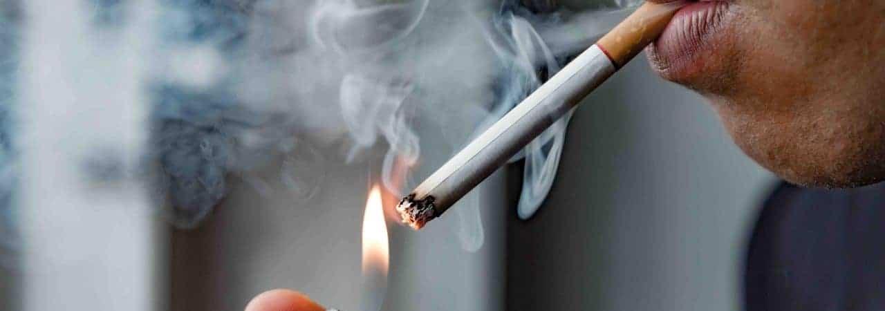 Pessoa acendendo um cigarro