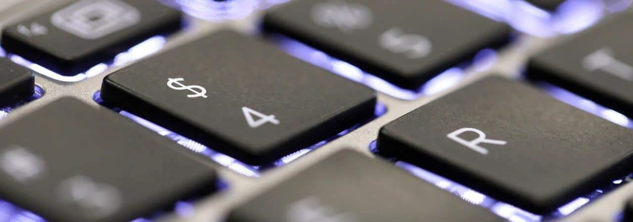 Imagem focada nos caracteres especiais de um teclado