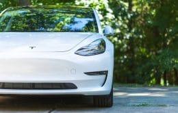 Bateria de Tesla é reabastecida com carro sendo rebocado