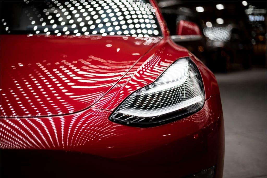 Imagem mostra a frente de um Model 3, automóvel elétrico fabricado pela Tesla