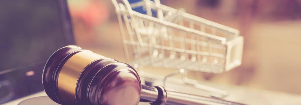 Imagem de um martelo de tribunal e carrinho de compras, simbolizando os direitos do consumidor