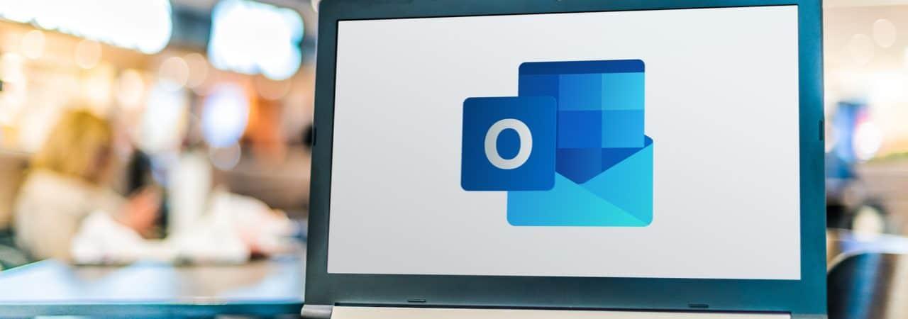 Imagem mostra a logomarca do Microsoft Outlook exibida na tela de um computador