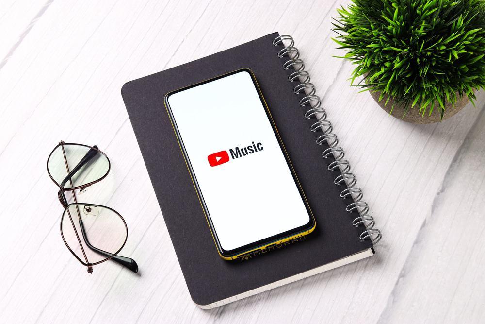 Celular mostrando o logo do YouTube Music