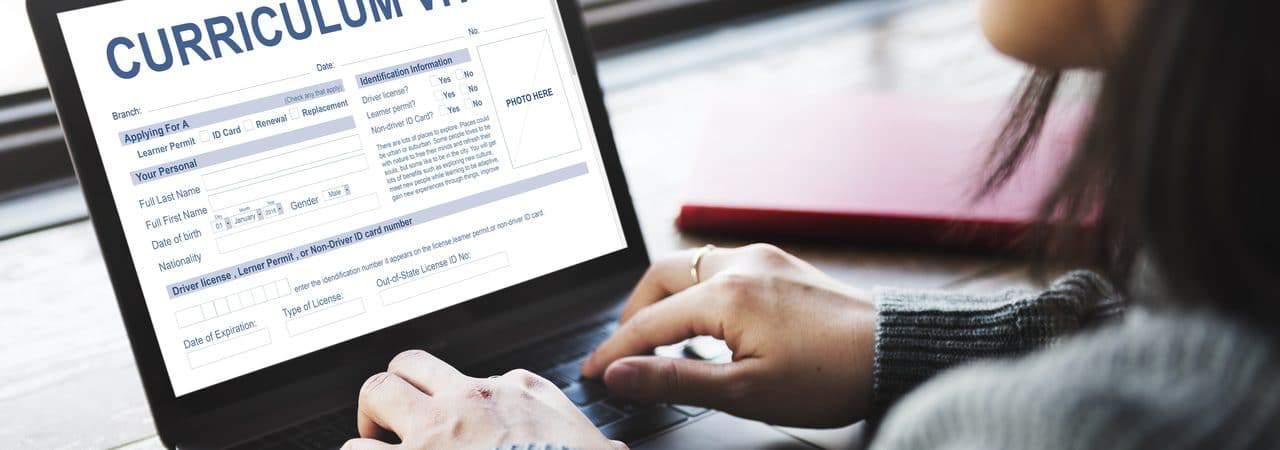 Mulher editando seu currículo online pelo computador