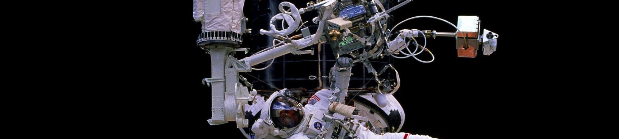 Foto mostra o astronauta Gregory J. Harbaugh em uma caminhada espacial para reparo do telescópio espacial Hubble em 1997