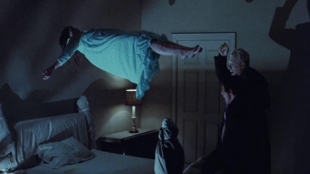 Linda Blair, Max von Sydow e Jason Miller em 'O Exorcista' (1973). Imagem: Warner Bros/Divulgação