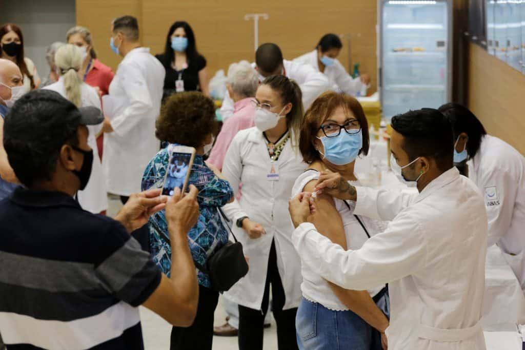 vacinação em hospital de são paulo, enfermeiras aplicando vacina em senhoras de idade