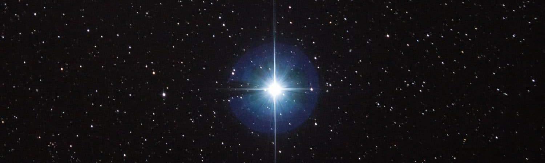 Vega é a quinta estrela mais brilhante, excluindo o Sol, que pode ser vista da Terra. Imagem: Stephen Rahn/Wikimedia Commons