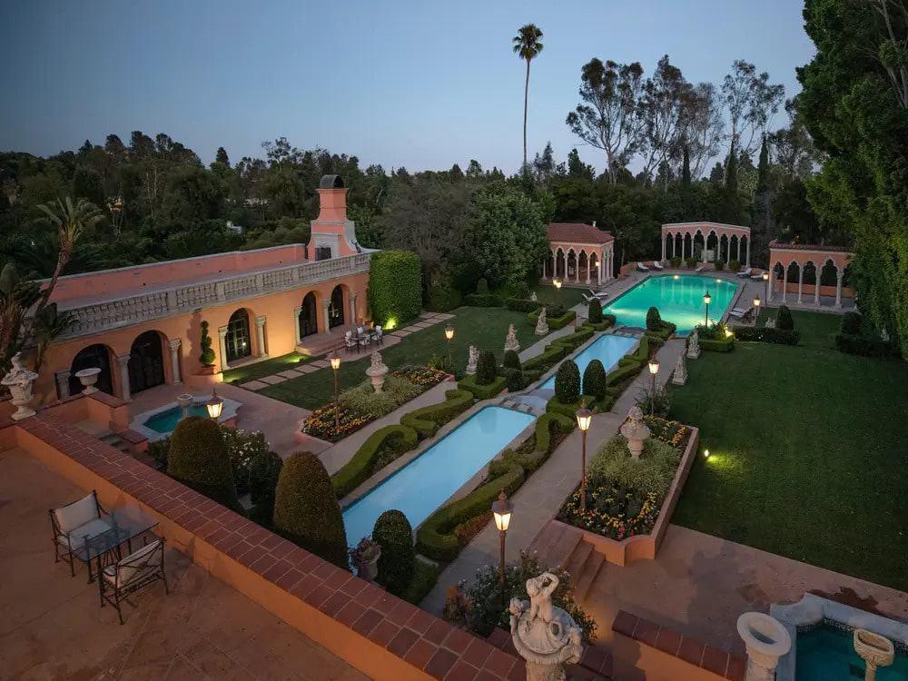 """Imagem tirada por drone da mansão vista no filme """"O Poderoso Chefão"""": propriedade está à venda nos EUA"""