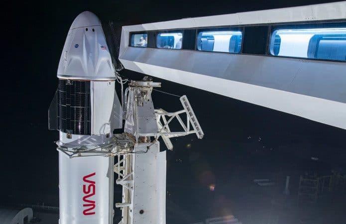 Foguete e cápsula que serão usados na Crew-2 acoplados à plataforma de lançamento 39A no Centrol Espacial Kennedy, na Flórida