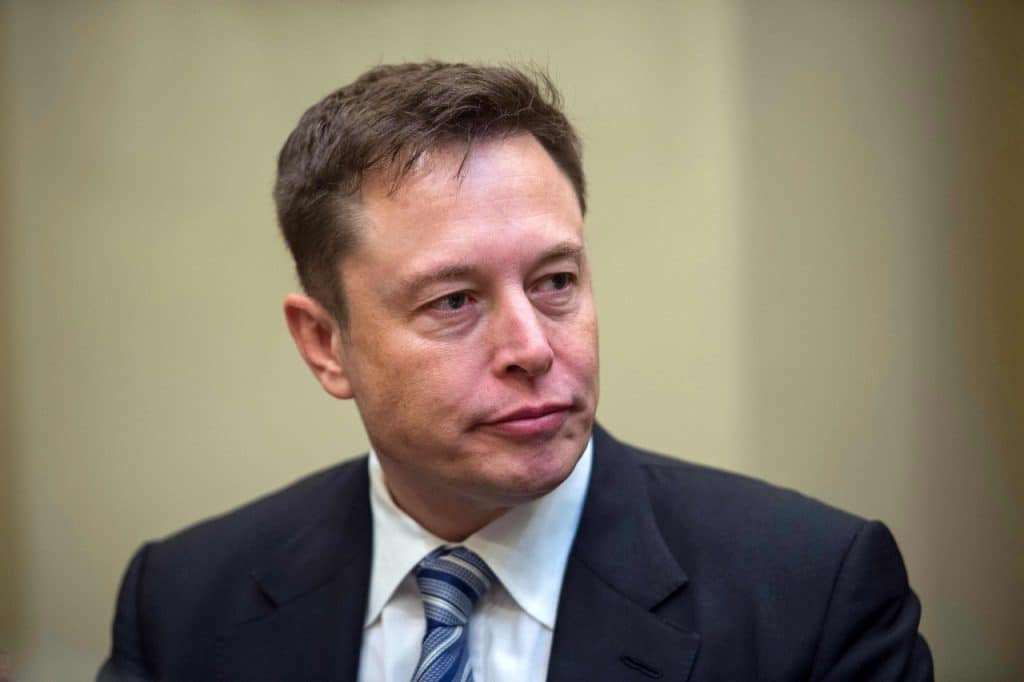 Sósias de Elon Musk vêm protagonizando golpes com criptomoedas pela internet  Na imagem: o CEO da Tesla e SpaceX, Elon Musk, veste um paletó cinza escuro, com gravata listrada