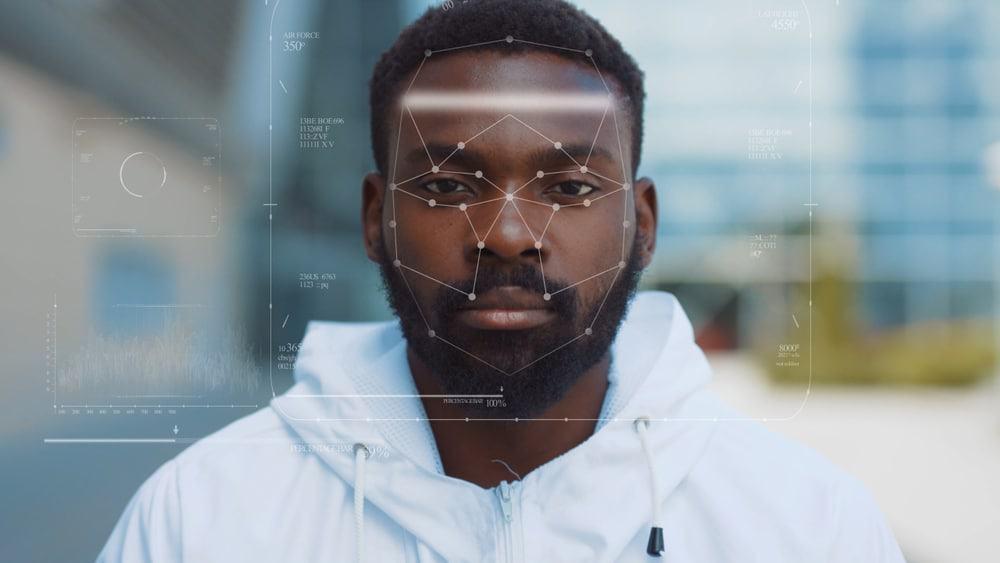 Homem passando por reconhecimento facial