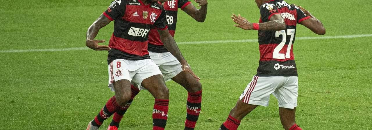 Time do Flamengo comemorando em campo