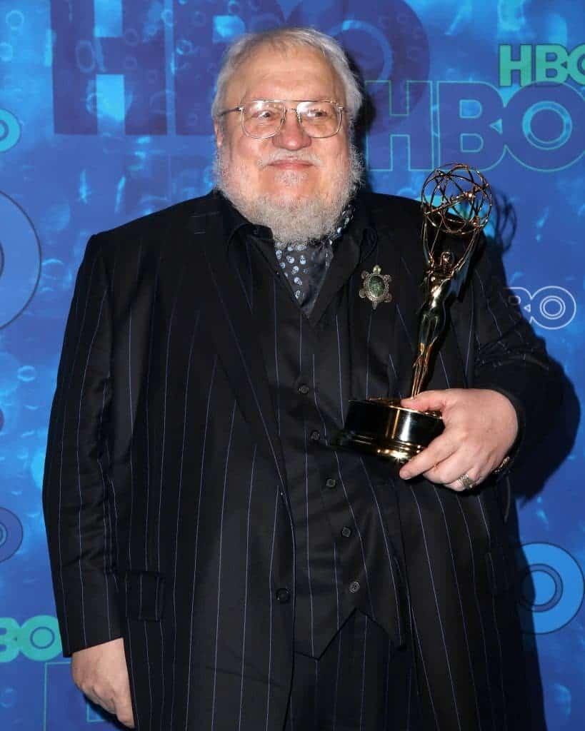 George R.R. Martin segurando um Emmy na cerimônia de 2016