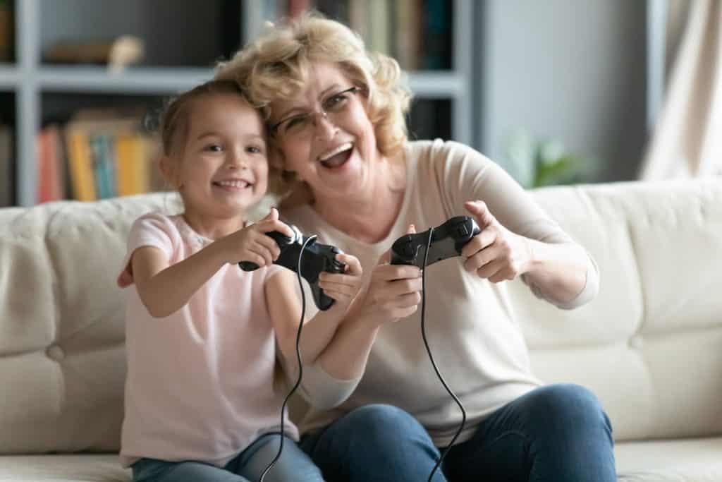 Idosos gamers. Imagem: fizkes/Shutterstock