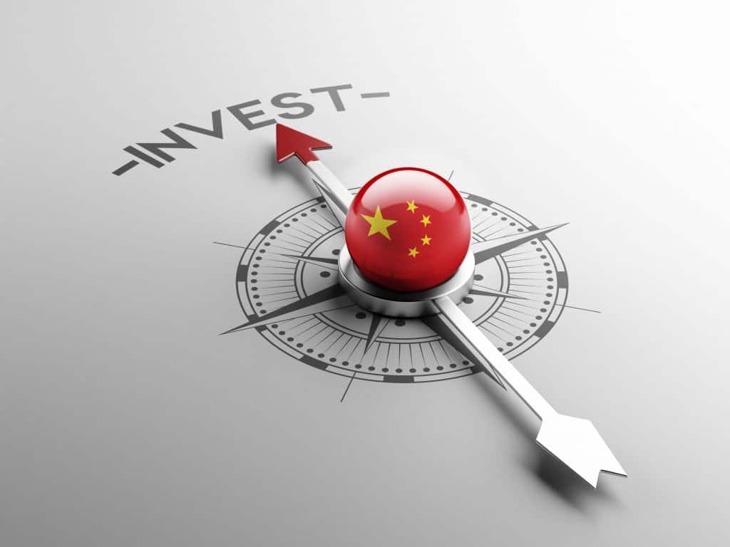 """Ilustração de uma bússola chinesa apontada para a palavra """"Investir"""""""