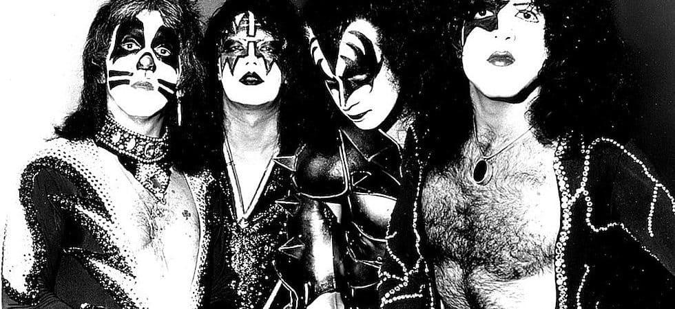 A formação original da banda KISS, mostrando, da esqueda para a direita, Ace Frehley (guitarras), Peter Criss (bateria), Gene Simmons (contrabaixo e vocais) e Paul Stanley (vocais e guitarras)