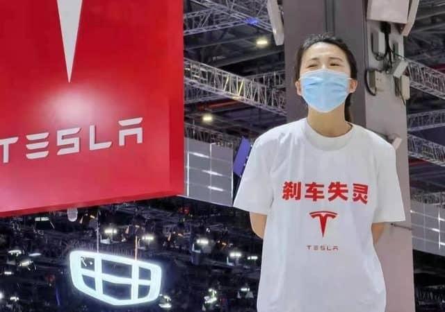 Mujer protesta contra Tesla en el Salón de Shanghai después de un accidente que casi mató a su familia. Imagen: Reproducción / Redes sociales / Shangai Eye