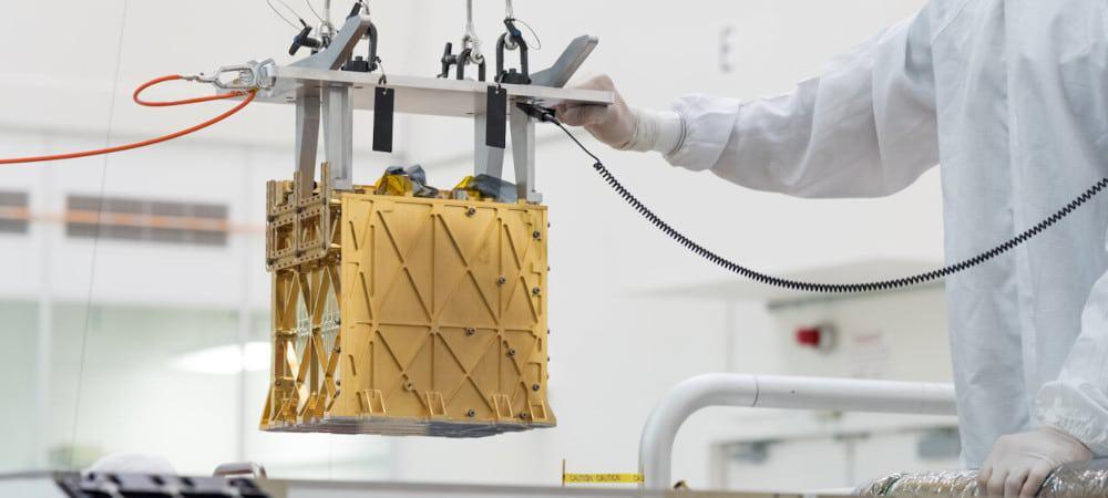 Instalação do MOXIE, que produzirá oxigênio em Marte, a bordo do Perseverance
