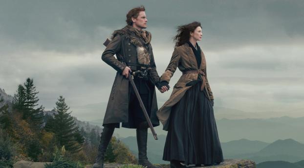 Caitriona Balfe e Sam Heughan protagonizam 'Outlander'. Imagem: Sony Pictures Television/Divulgação