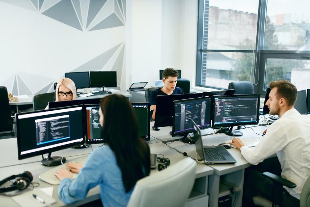 Semantix Academy abre vagas para curso gratuito e online de engenharia de dados. Imagem: Shutterstock