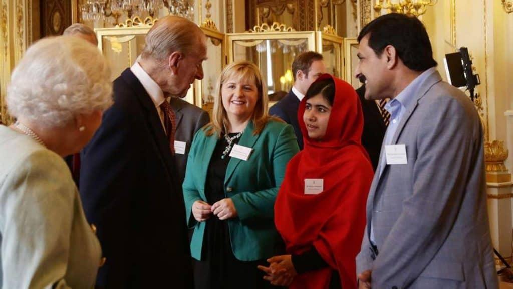 Rainha Elizabeth e Príncipe Philip com a ativista Malala. Imagem: Divulgação/Palácio de Buckingham