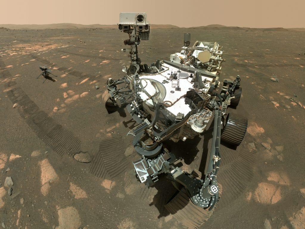 Selfie feita pelo robô Perseverance na superfície de Marte, com o helicóptero Ingenuity ao seu lado