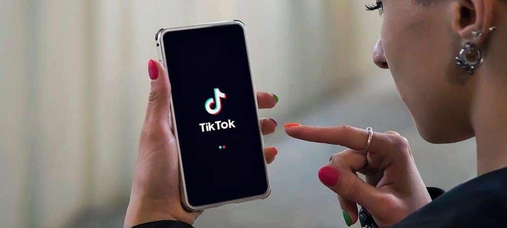 Usuário acessa o TikTok no celular
