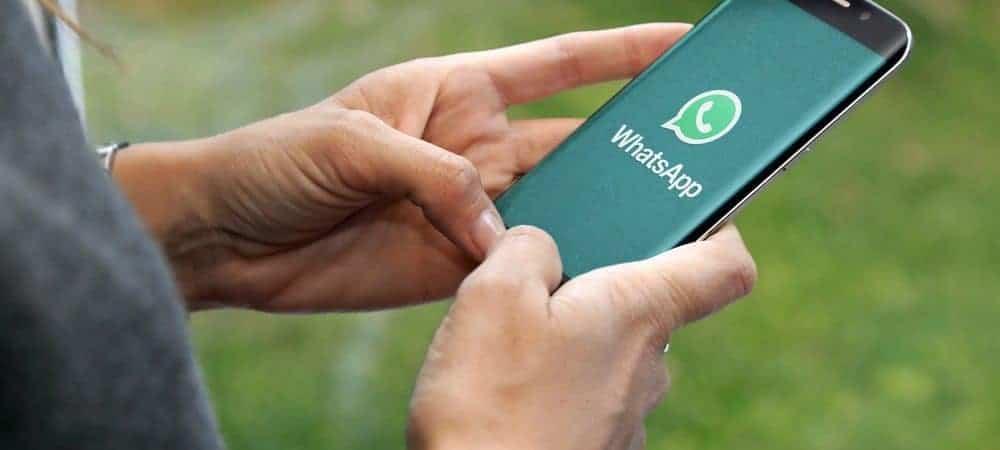 Celular com logo do WhatsApp