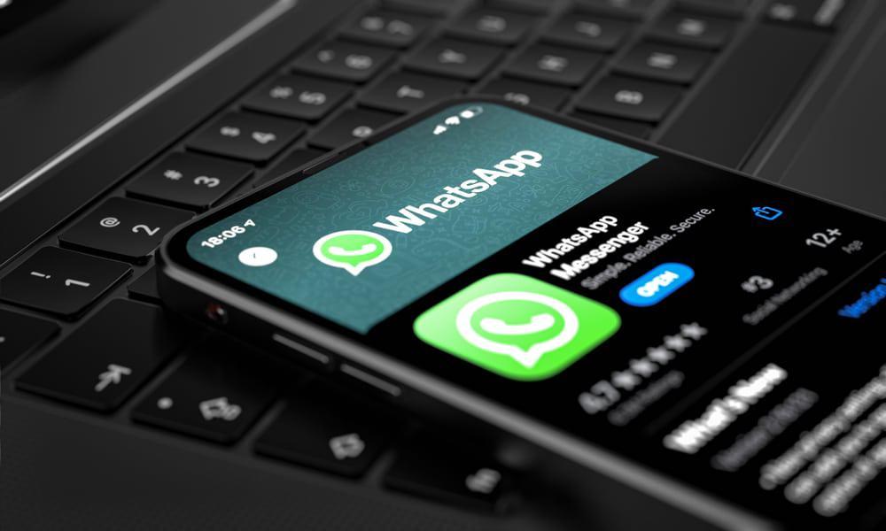 Aplicativo do WhatsApp aberto na tela de um celular