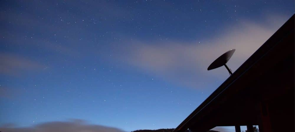Antena Starlink em um telhado