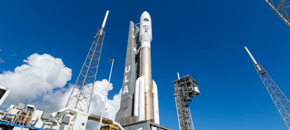 Foguete Atlas V, da ULA, sendo transportado para a plataforma de lançamento