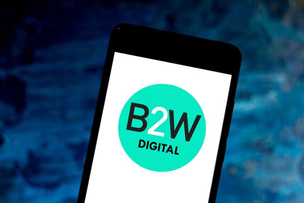 Imagem mostra a tela de um smartphone com o logotipo da B2W Digital na tela.