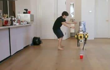 """Spot, el famoso perro robot, """"aprende"""" a orinar cerveza en vasos"""