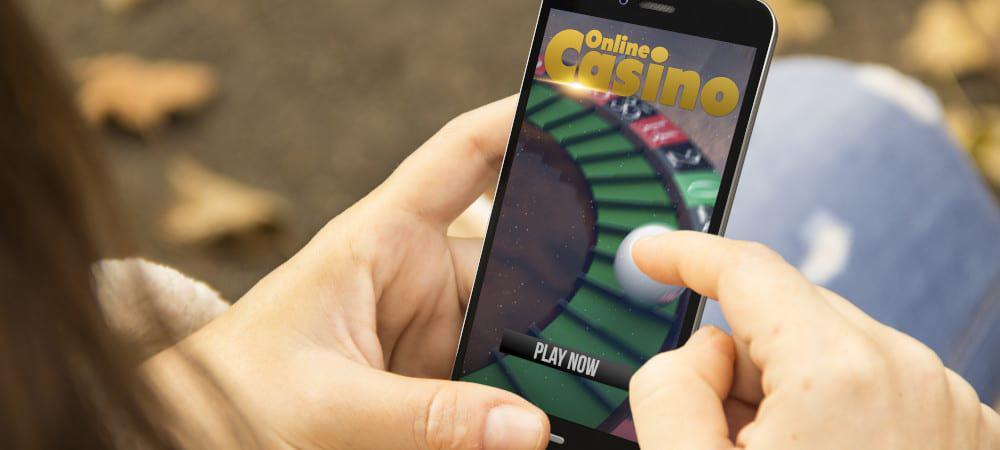 Pessoa entrando em um cassino online no smartphone