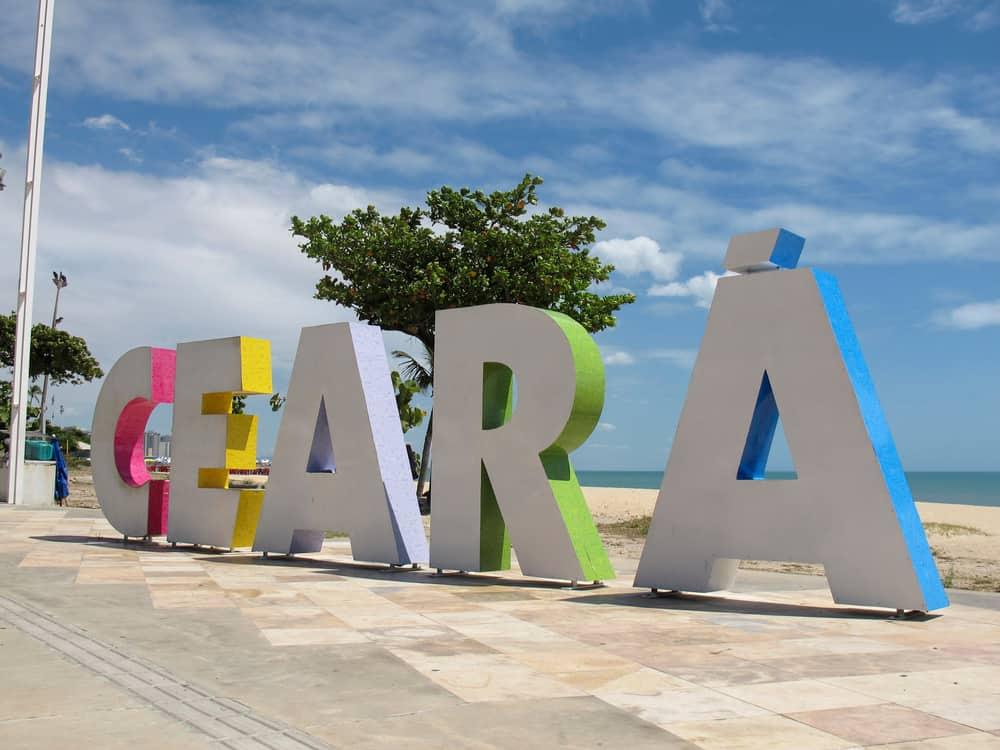 Imagem mostra a palavra Ceará, em uma placa localizada em Fortaleza, no estado brasileiro homônimo.