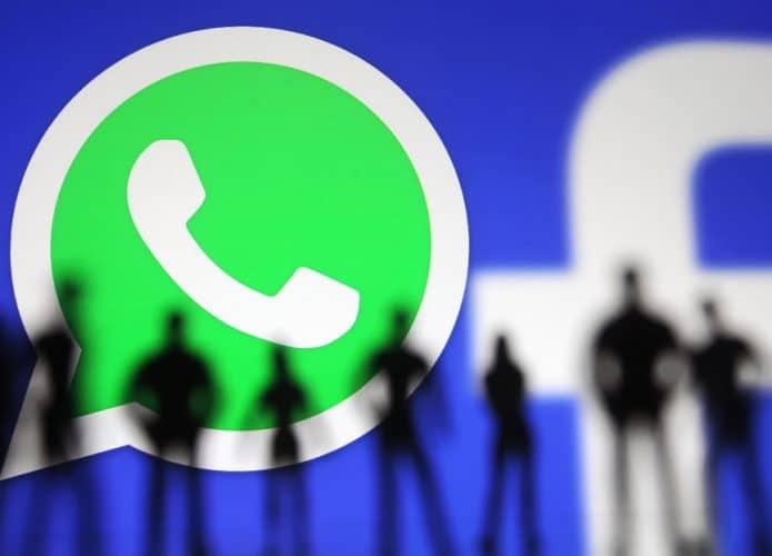 Imagem mostra, ao fundo, os logos dos serviços do WhatsApp e do Facebook